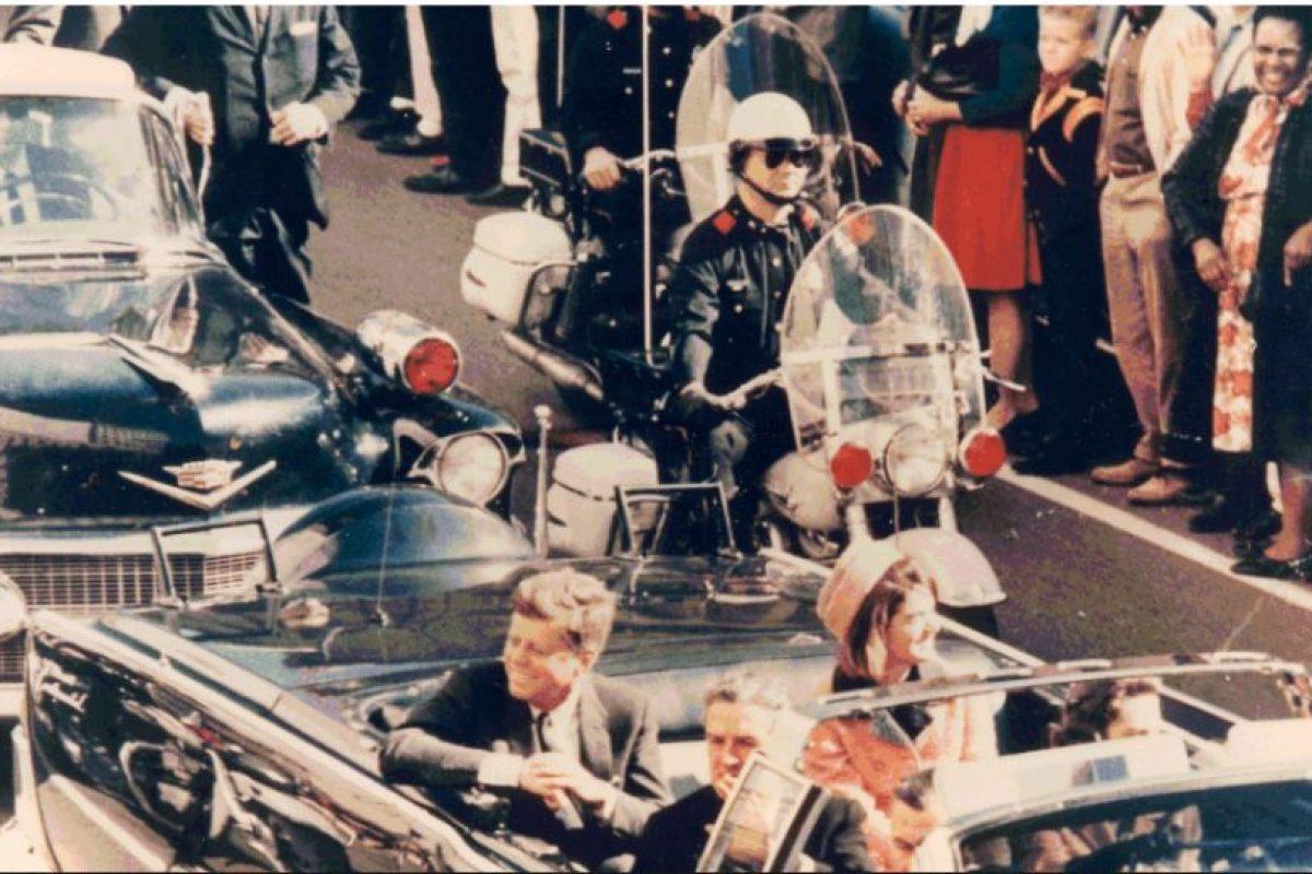 Foto:El 22 de noviembre de 1963 , John F. Kennedy fue asesinado en Dallas. Lee Harvey Oswald quedó oficialmente como su asesino, pero siempre fue cuestionada su autoría. Cuba, la mafia (los Giancana), e incluso los rusos fueron señalados de la autoría intelectual del magnicidio. Foto: Truthmove.. Imagen Por: