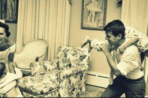 Foto:Luego del asesinato de su hermano, Robert Kennedy, quien fungió como Fiscal General en su periodo presidencial, se convirtió en la esperanza del clan. Luchó por los derechos civiles, y obtuvo gran popularidad para las elecciones de 1968. Aquí, con su esposa Ethel. Si quiere ver más de su historia, el año pasado HBO lanzó el documental sobre ella, dirigido por la última de las hijas del matrimonio. Rory. Foto : The Pulpit.. Imagen Por: