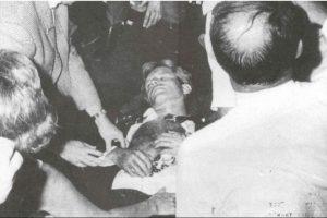 Foto:Luego de realizar un discurso de agradecimiento a sus electores por haber ganado las elecciones primarias en California, en el Hotel Ambassador de Los Ángeles, Robert Kennedy fue asesinado por Sirhan Sirhan, en 1968. Foto: History. Journalism.. Imagen Por: