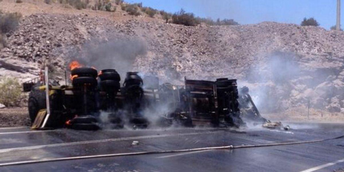 FOTOS: Chófer muere tras volcar su camión con líquidos inflamables en ruta Ovalle- Monte Patria