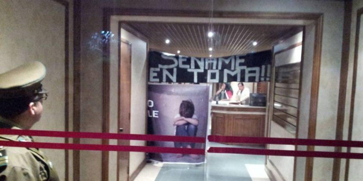 FOTOS: Manifestantes se toman oficina del Sename por muerte de menor