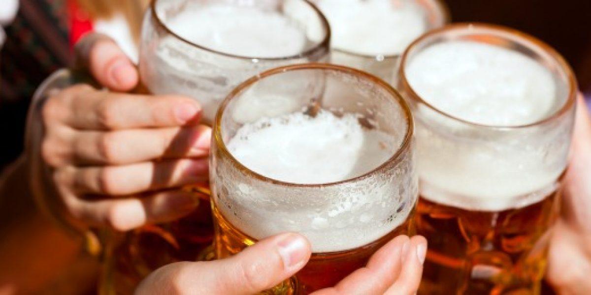 Polémica: alcohólicos trabajan haciendo el aseo a cambio de cerveza