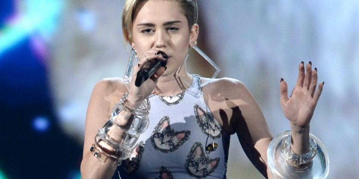 Actuación gatuna de Miley Cyrus en los AMA habría sido inspirada por Liam Hemsworth