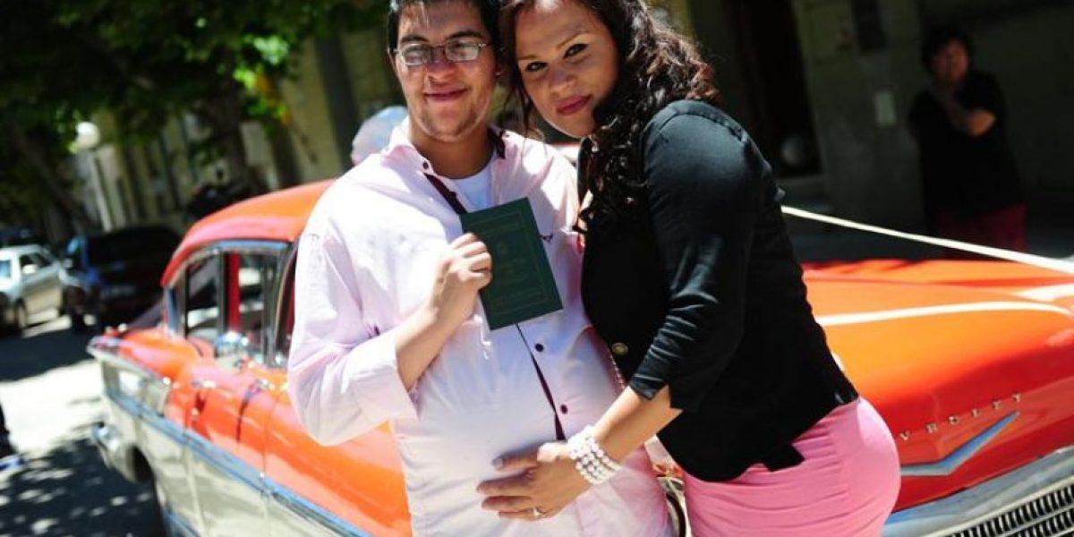 Sacerdote bendice vientre de primer hombre embarazado en Argentina