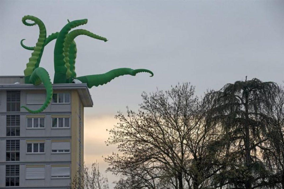 """Imagen de un pulpo de plástico realizado por el artista británico """"Filthy Luker"""", colocado sobre un edificio en Vernier, cerca de Ginebra (Suiza), hoy, viernes 29 de noviembre de 2013. La exposición """"Arte callejero de Vernier 2013"""" se celebra hasta el 1 de diciembre de 2013. Foto:EFE. Imagen Por:"""