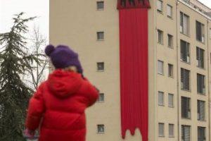 """Una niña observa una escultura de una brocha realizada por el artista británico """"Filthy Luker"""", colocada sobre un edificio en Vernier, cerca de Ginebra (Suiza), hoy, viernes 29 de noviembre de 2013. La exposición """"Arte callejero de Vernier 2013"""" se celebra hasta el 1 de diciembre de 2013. Foto:EFE. Imagen Por:"""