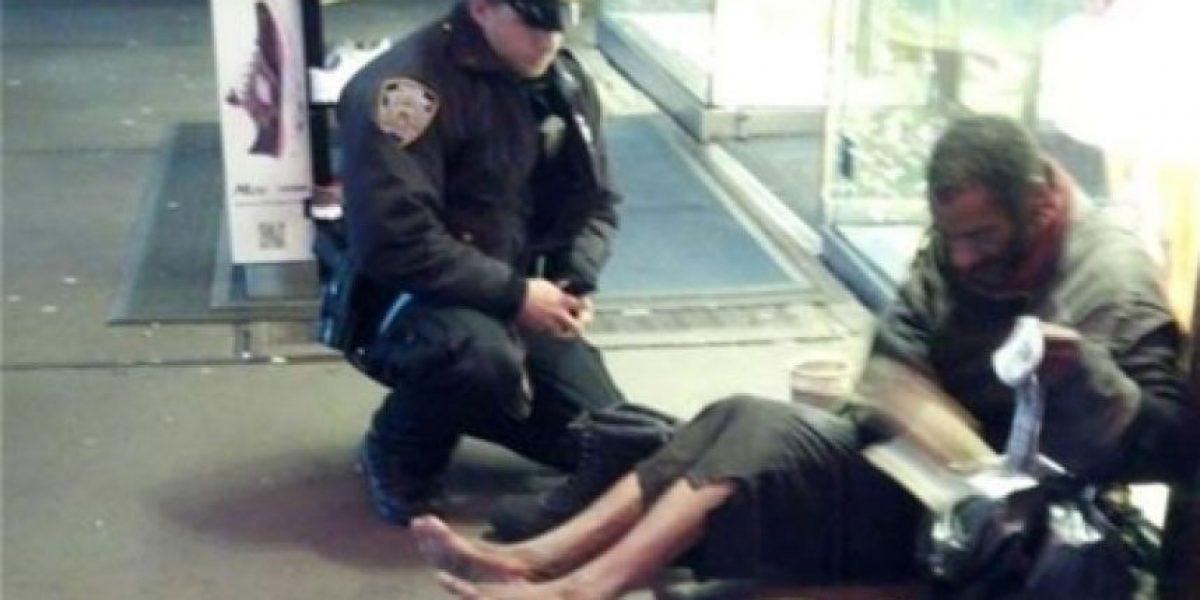Noble acto de un joven policía con un vagabundo en NY conmueve a todo EEUU