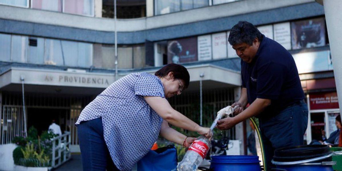 Instalan bidones de emergencia con agua potable tras masiva intoxicación de vecinos en Providencia