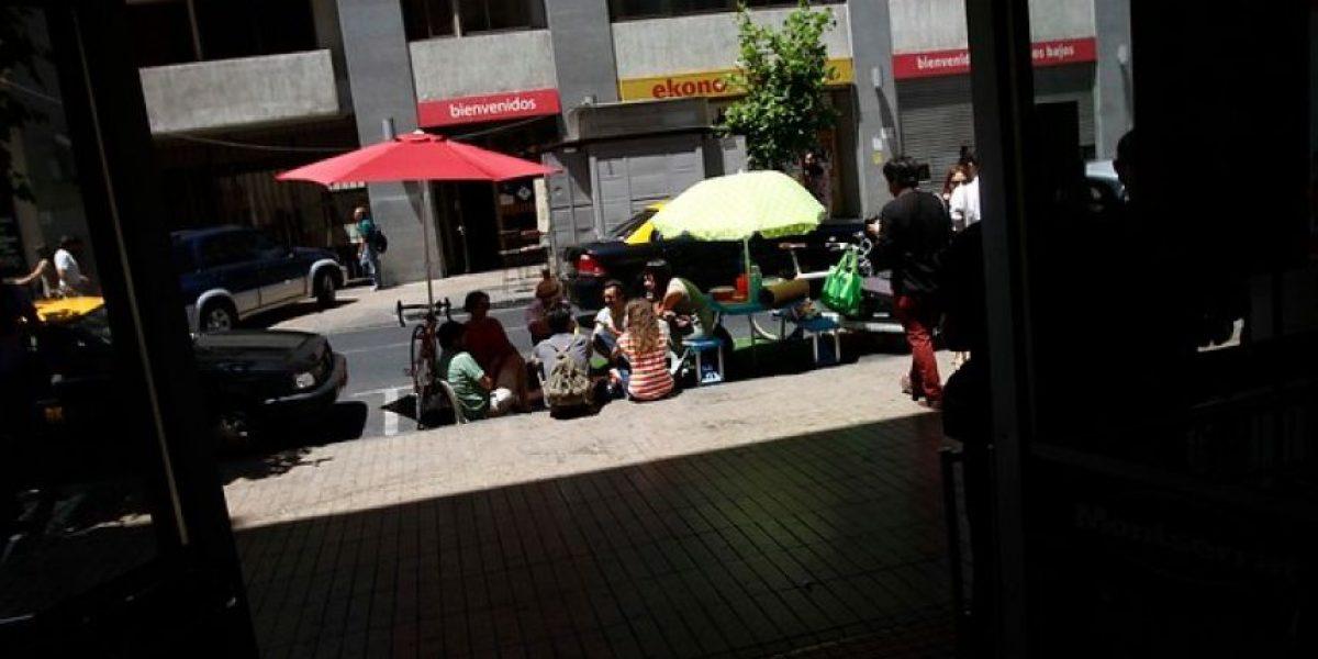 GALERIA: Jóvenes realizan singular intervención urbana en el Centro de Santiago