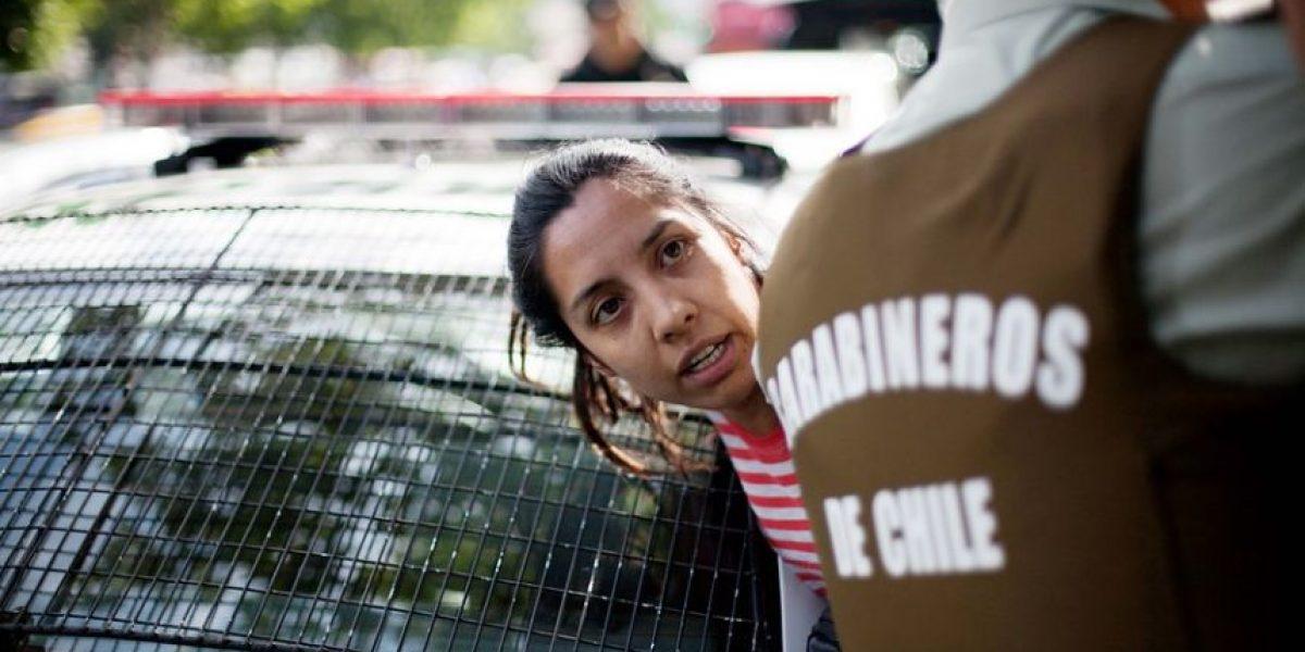 [FOTOS] Carabineros detiene a la mujer que escupió a Piñera en Estación Central