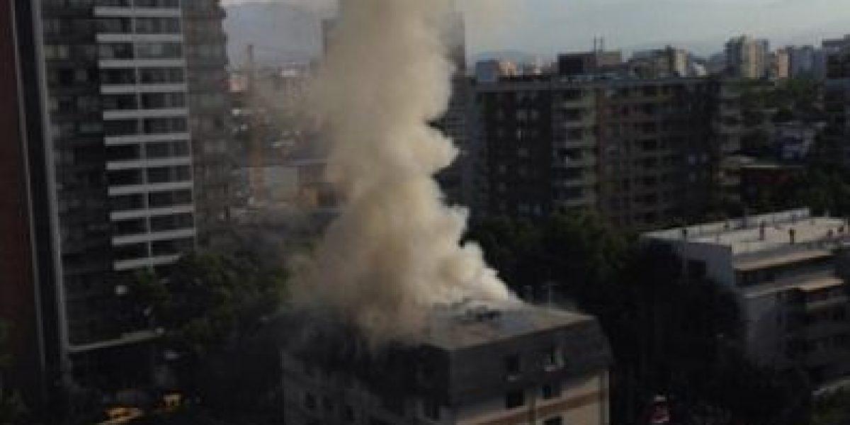 [FOTOS] Incendio en edificio de Ñuñoa deja dos departamentos con daños cuantiosos
