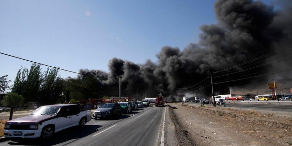 Evacuan zona aledaña a gigantesco incendio químico en Quilicura