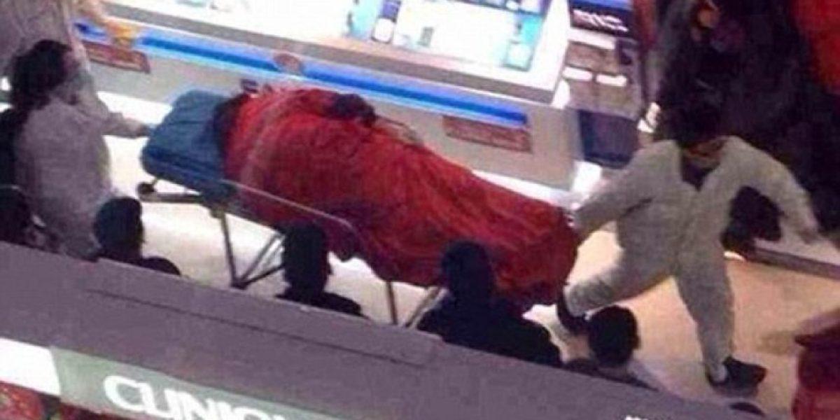 China: Sujeto se suicida en un mall tras larga espera por su novia de compras
