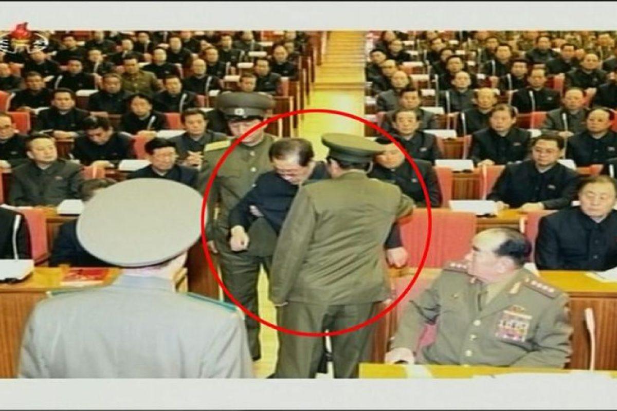 Captura de pantalla de la cadena oficial norcoreana KCTV facilitada el lunes 9 de diciembre de 2013, que muestra al Jang Song-thaek (c), tío del líder Kim Jong-un y número dos del régimen comunista, en el momento de su arresto la semana pasada durante una reunión del Buró Político del Comité Central del Partido de los Trabajadores presidida por Kim Jong-un, en Pyongyang (Corea del Norte). Foto:EFE. Imagen Por: