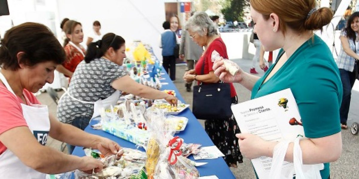 Emprendedoras venden sus productos en bazar navideño de Fondo Esperanza