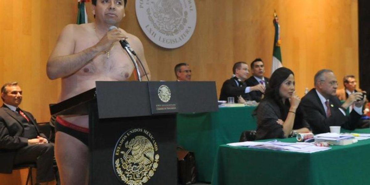 Diputado desnudo, golpes e insultos en debate de reforma energética en México