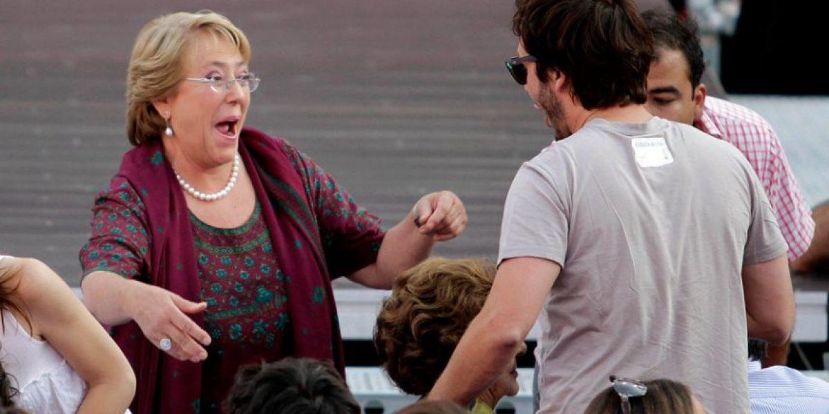 [FOTOS] Efusivo abrazo entre Bachelet y Benjamín Vicuña en cierre de campaña