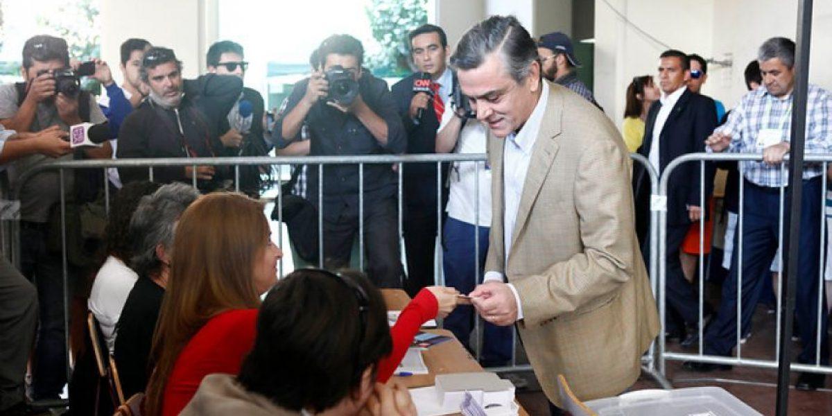 Pablo Longueira uno de los primeros en votar :