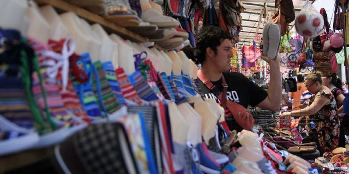 FOTOS: Muchos fueron a comprar para la Navidad mientras vocales esperaban por votante