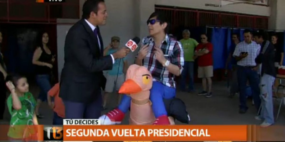 Joven llega a votar vestido de avestruz: