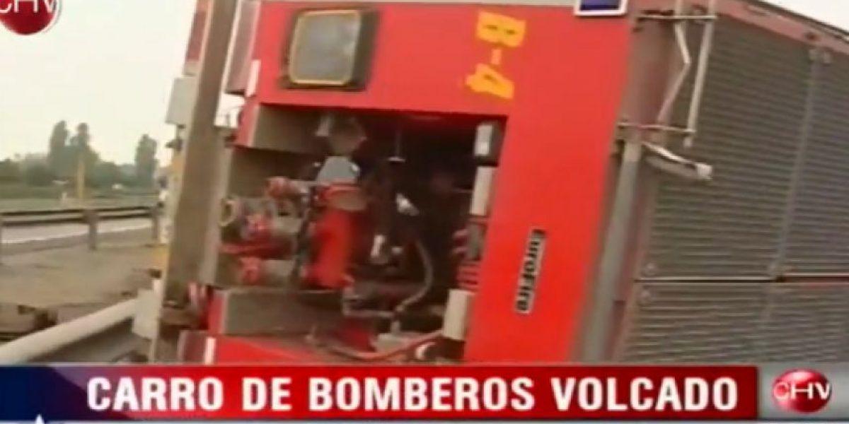 FOTOS: Tres lesionados tras volcar carro de Bomberos en Ruta 5 Sur