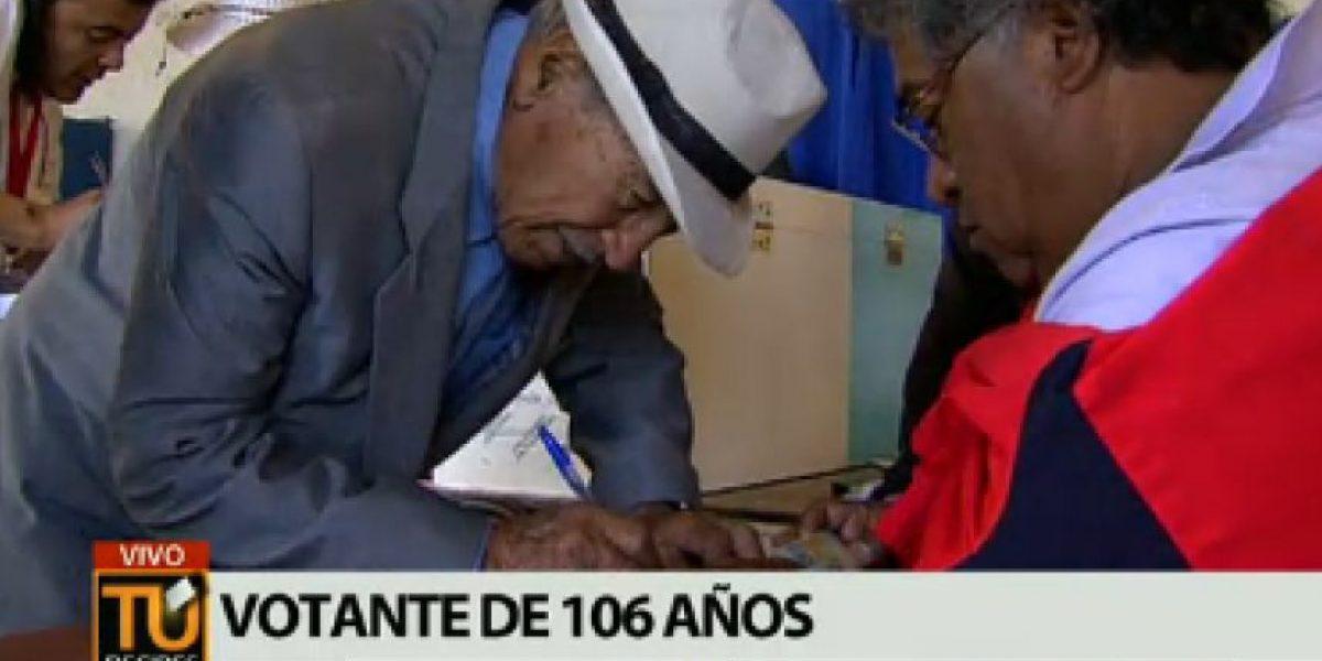 Don Raúl ejemplo de deber cívico: Con 106 años vota en Estadio Nacional