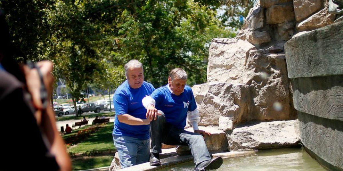 [Fotos] Alcalde de Cerro Navia paga apuesta bañándose en la Fuente Alemana
