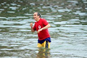 Paga su apuesta con Jaime Quintana (PPD) lanzándose al mar. Imagen Por:
