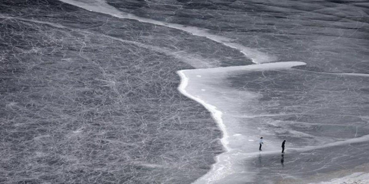 [FOTOS] Hielo negro: Extraño fenómeno natural en un lago de Suiza