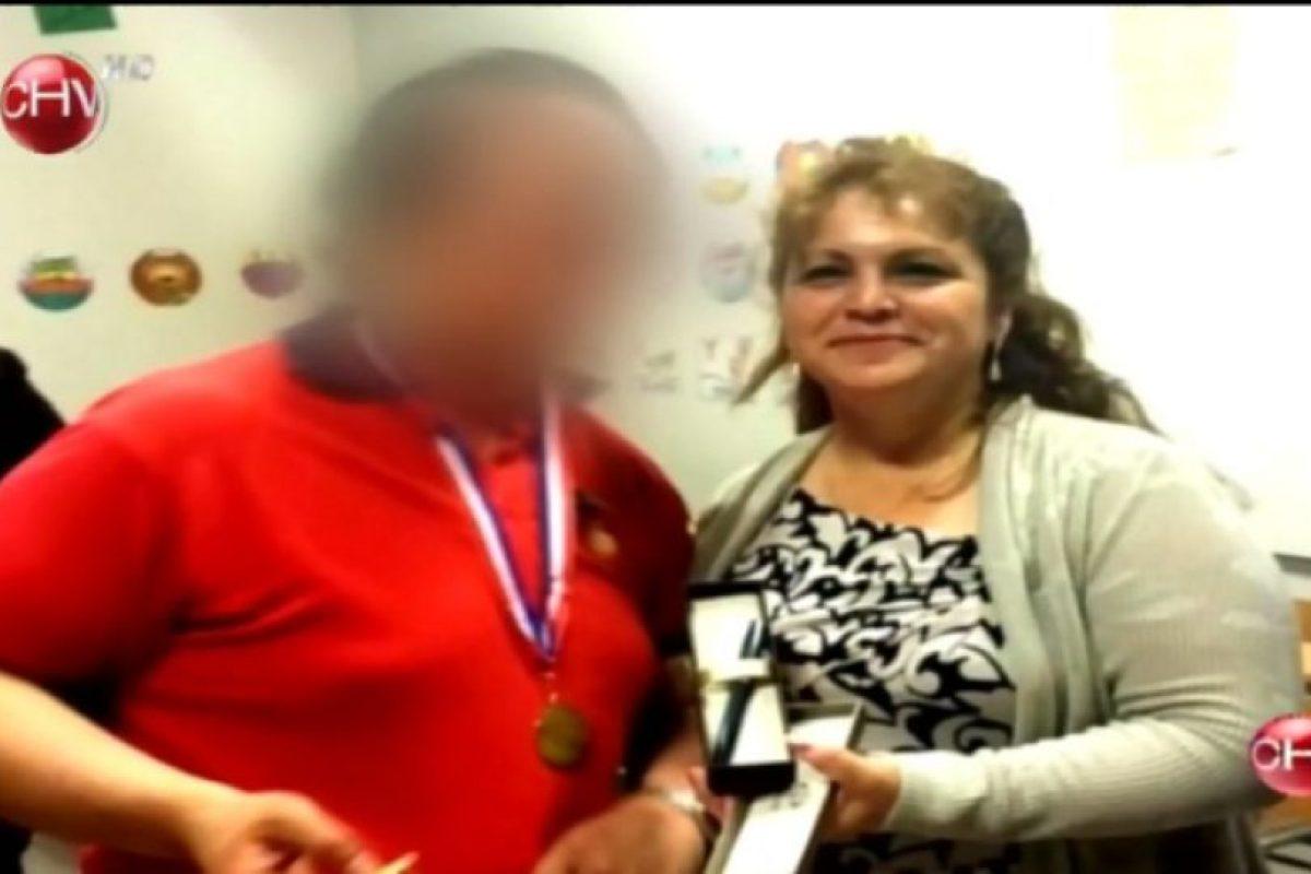 Jeanette Hernández salió de la cárcel para asistir a la graduación de su hijo Pablo, quien la invitó personalmente Foto:Captura CHV. Imagen Por: