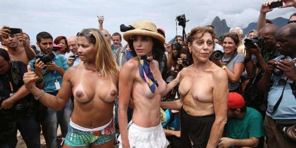 [FOTOS] Ancianas y jóvenes piden legalización del toples en playas de Río de Janeiro