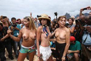 """Mujeres adultas de todas las edades posaron para fotógrafos y camarógrafos durante una protesta el sábado pasado, en la playa de Ipanema, una de las más conocidas de Río de Janeiro, donde decenas de personas se congregaron para exigir la legalización del toples, que está prohibido en esa ciudad brasileña por leyes dictadas en """"defensa de la moral"""". La convocatoria para el llamado """"toplessazo"""" se regó por las redes sociales para el primer día del verano carioca para protestar contra la """"arbitrariedad"""" que supone esa prohibición. Foto:EFE. Imagen Por:"""
