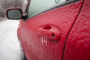 Centenares de miles de personas están sin electricidad en Toronto (Canadá), la mayor ciudad de ese país, después de que una tormenta de hielo ocasionase la caída de multitud de líneas de alta tensión. La tormenta de hielo, que también están padeciendo el resto de las provincias del este de Canadá, ha provocado graves problemas de tráfico en Toronto y la suspensión del servicio de tranvías de la ciudad. Foto:EFE. Imagen Por: