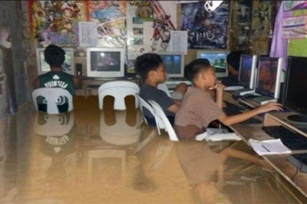 Las inundaciones en Filipinas de 2012 hicieron circular esta imagen de niños jugando con computadores aunque el montaje fallaba en los reflejos. Foto:Blog Ceslava.com. Imagen Por: