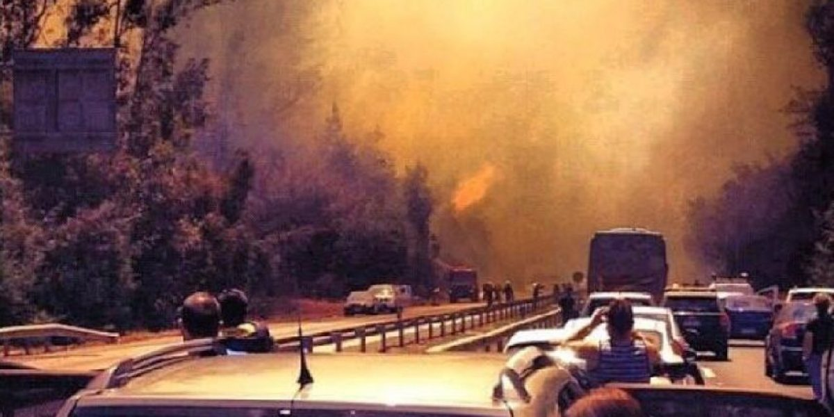 Principal ruta Santiago-Valpo cortada en ambos sentidos por gran incendio forestal