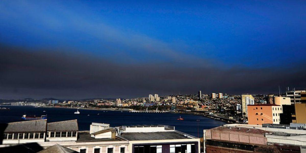 [FOTOS] Valparaíso bajo una gigantesca nube negra por diversos focos de incendio