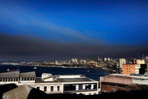 Diferentes focos de incendio se desarrollan en la región de Valparaíso, los cuales tienen a la ciudad sumida actualmente bajo una gran nube negra. Foto:Agencia Uno. Imagen Por:
