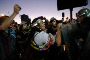 Una mujer mapuche encara a un carabinero de Fuerzas Especiales al termino de la manifestación en conmemoración al asesinato del joven estudiante mapuche, Matías Catrileo. En el sector de paseo Ahumada con Alameda, ubicado en la comuna de Santiago, se realizaó la manifestación donde efectivos intervinieron. Foto:Agencia Uno. Imagen Por: