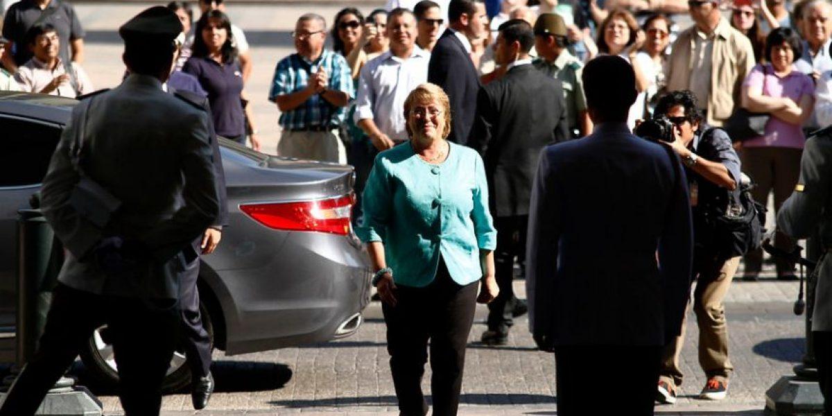 [fotos] Acusando despidos funcionarios de La Moneda aplauden a Bachelet