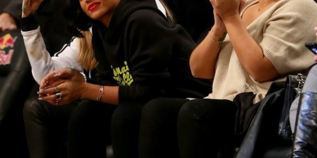Rihanna y Cara Delevingne disfrutan del básquetbol en Nueva York