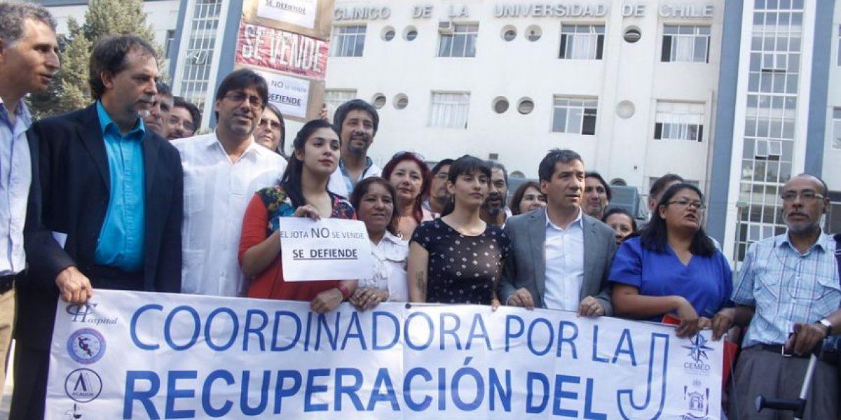 [FOTOS] Karol Cariola y Guido Girardi lideraron protesta contra la venta del J.J. Aguirre