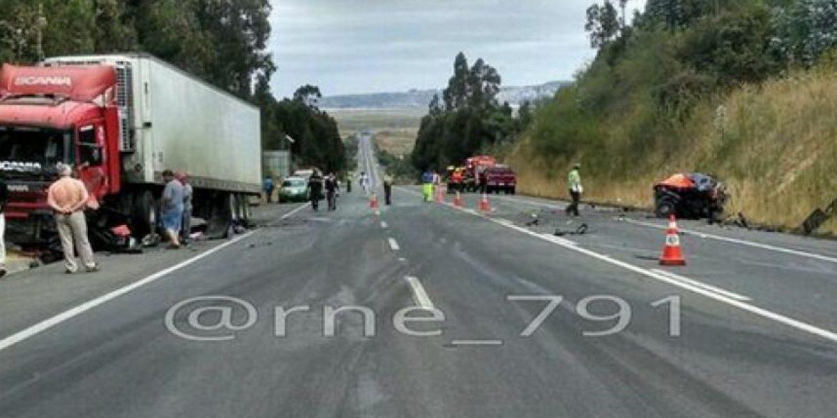 Impactantes imágenes del choque entre un auto y un camión que dejó un muerto en el Biobío