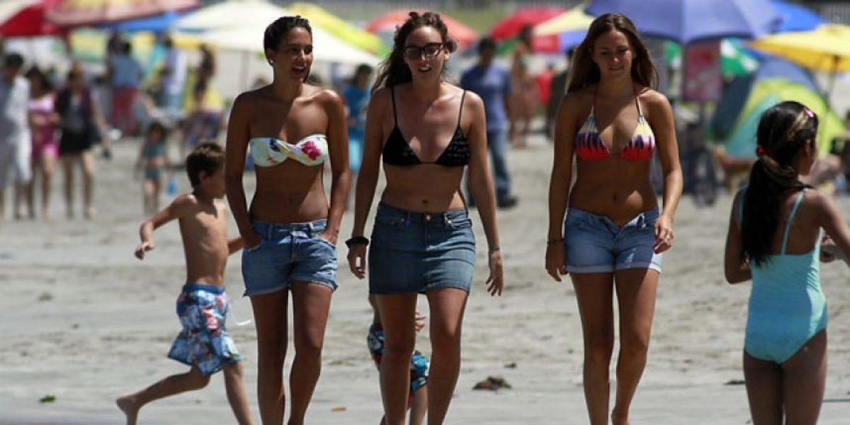 Turistas disfrutan de Playa Cavancha en Iquique