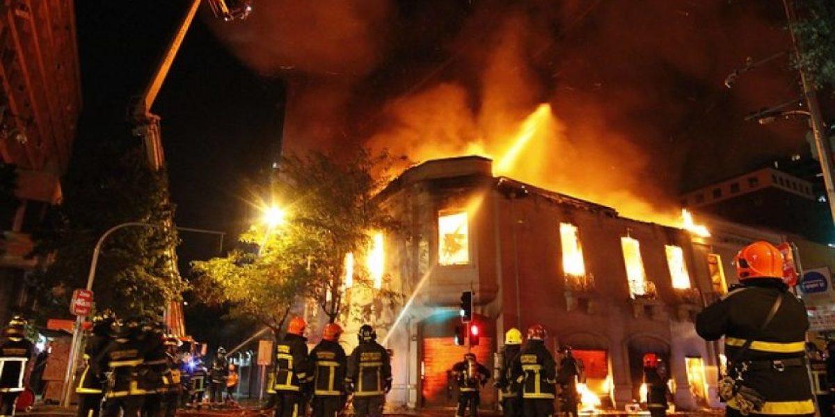 GALERIA: Incendio arrasó con histórico edificio en pleno centro de Santiago