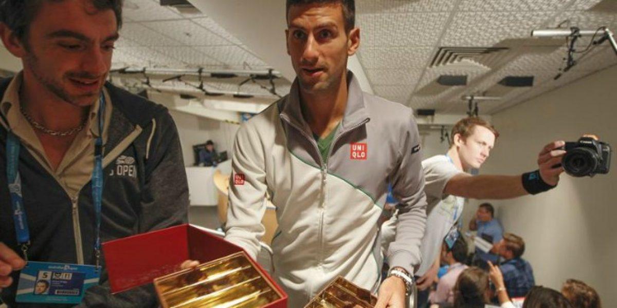 Video: Novak Djokovic regala chocolates en plena conferencia de prensa