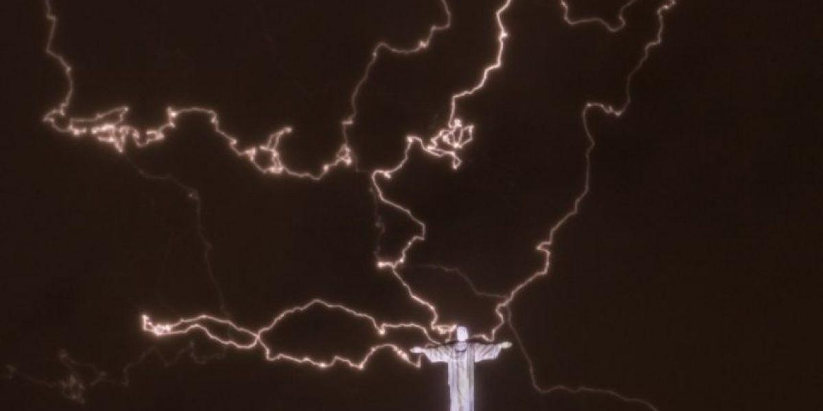 Captan momento en que un rayo cae sobre el Cristo Redentor en Río