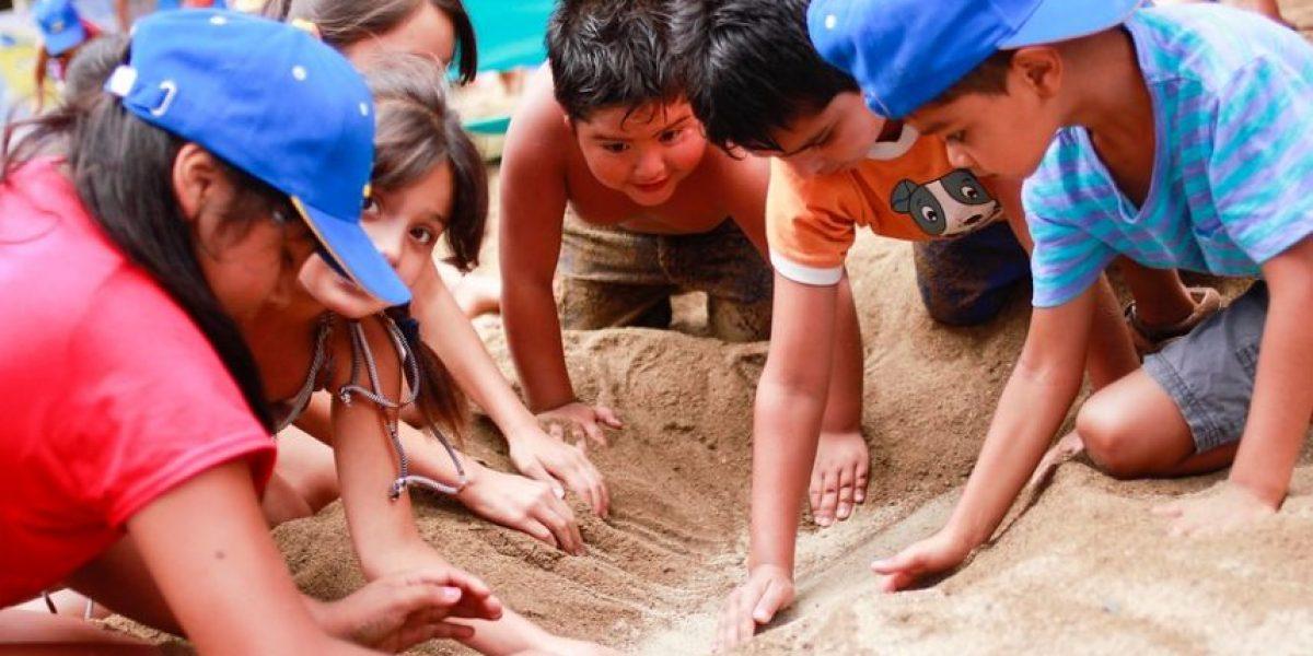Niños disfrutan de una playa artificial en Santiago Centro