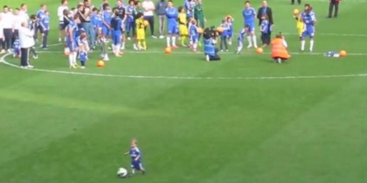 Video: ¡Tiene futuro! Niño de tres años es ovacionado por hinchas ingleses