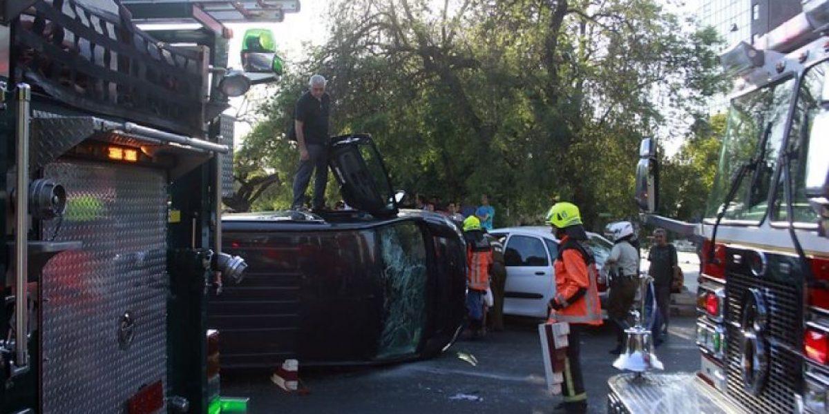 Violento choque termina con minibus volcado en Alameda