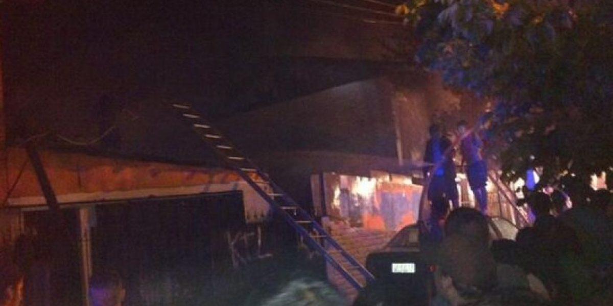 Voraz incendio destruyó seis casas y dejó cuatro bomberos heridos en Quinta Normal